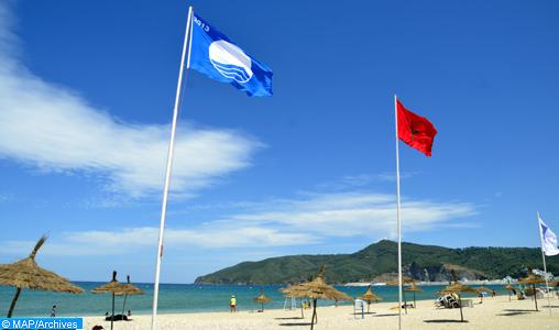 """Le label """"Pavillon bleu"""", attribué par la Fondation Mohammed VI pour la Protection de l'Environnement, hissé samedi (27/07/13) sur la plage de M'diq."""