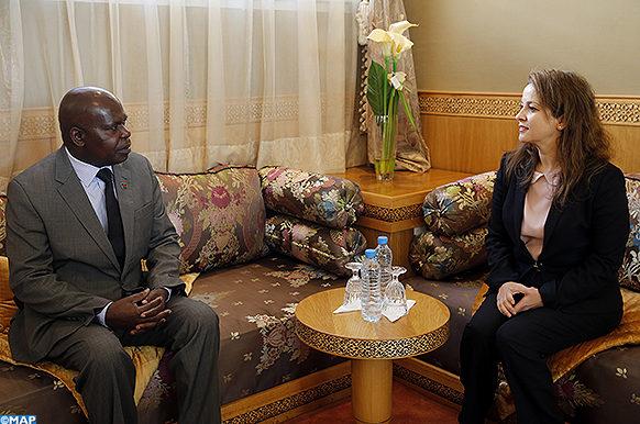 La secrétaire d'État chargée de l'Eau, Charafat Afailal, s'entretient, vendredi (05/01/18) à Rabat, avec le ministre malawien des Affaires étrangères, Emmanuel Fabiano.