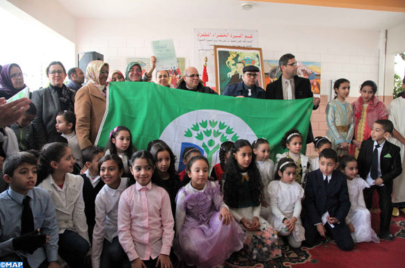 """Le label """"pavillon vert"""" a été attribué, mardi (09/01/18), par """"excellence"""" à l'établissement scolaire Abdelmoumen situé à l'arrondissement Hassan de Rabat, en récompense à ses efforts déployés pour le respect des objectifs du programme """"Eco-écoles"""" initié par la Fondation Mohammed VI pour la protection de l'environnement."""