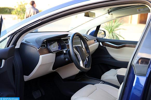 """Des voitures électriques, de type """"Tesla"""", parcourront les 3.500 Km séparant Marrakech et Bonn, en Allemagne, pour transmettre le flambeau de la COP, une occasion de changer les mentalités sur la mobilité verte et renforcer également les engagements dans le développement durable. (Lundi 30/10/17)"""