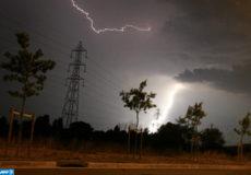 La foudre tombe sur une ligne électrique, le 27 juillet 2006 à Toulouse. La canicule a cédé progressivement la place aux orages en France, mettant un terme à une longue période de fortes chaleurs qui a fait 65 morts, selon le dernier bilan des autorités sanitaires. AFP PHOTO LIONEL BONAVENTURE / AFP PHOTO / LIONEL BONAVENTURE