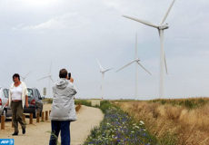 """POUR ILLUSTRER LE PAPIER DE CELINE AGNIEL : """"LE TOURISME INDUSTRIEL : UNE ACTIVITE D'ETE ALTERNATIVE QUAND LE SOLEIL BOUDE"""". Un touriste photographie des éoliennes lors d'une visite organisée par EDF-Energies Nouvelles dans le parc éolien de Bouin, le 06 Aout 2009. Quand le temps n'est pas au beau fixe et que les estivants se lassent d'écumer musées et châteaux autour de leur lieu de villégiature, il reste encore pour les plus curieux le tourisme industriel et artisanal.  AFP PHOTO FRANK PERRY / AFP PHOTO / FRANK PERRY"""
