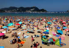 epa06928486 People at La Concha beach during their summer holidays in San Sebastian, Basque Country, Spain, 05 August 2018. The heat wave that affects Europe, with special intensity to Spain, is expected to last until the upcoming 06 August, with temperatures reaching almost 48 degrees Celsius breaking the all-time record high for Europe.  EPA-EFE/ANGEL DIAZ