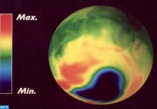 """View of the Ozone layer shot in January 1996 by European Space Agency (ESA) satellite ERS-2 taking part in the """"Gome"""" project surveying the ozone layer. At right is printed a scale measuring the rate of Ozone present in the atmosphere.   Vue de la couche d'Ozone prise en janvier 1996 par le satellite ERS-2 de l'Agence Spatiale Européenne pour le projet """"Gome"""" de surveillance de la couche d'Ozone. L'échelle à droite mesure le taux d'Ozone sur les différents endroits de la planète. / AFP PHOTO"""