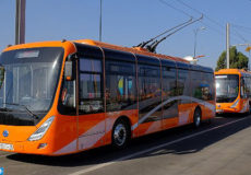 A picture taken on September 27, 2017 shows electric buses operated by Spanish company Alsa, circulating on a test run in the southern Moroccan city of Marrakech, a day before the new service's launch. The mayor of Marrakech announced that a new fleet of a dozen electric buses, running without greenhouse gas emmissions and entirely on solar power provided by a station installed at the entrance of the city, will start operating on September 28, 2017. / AFP PHOTO / STRINGER