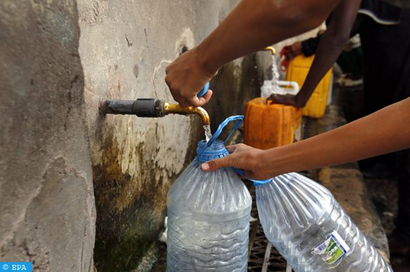 epa06771878 Yemenis collect drinking water from a donated water pipe in Sana'a, Yemen, 29 May 2018. According to reports, nearly 18 million people of Yemen?s 26-million population depend on humanitarian aid and local donations, more than three years since the start of escalating conflict in the poorest Arab country between the Houthis rebels and Yemen?s Saudi-backed government forces.  EPA-EFE/YAHYA ARHAB