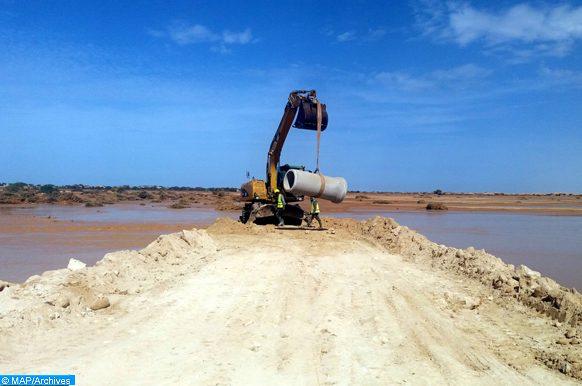 Les travaux de réhabilitation de la route côtière reliant Laâyoune et Tarfaya ont démarré, mardi (01/11/16), sous la supervision d'équipes relevant de l'Agence du Bassin hydraulique de Sakia El Hamra-Oued Eddahab et du ministère de l'équipement, du transport et de la logistique, dans l'attente d'un retour à la normale du niveau des eaux de l'Oued pour entamer un diagnostic général de l'état des lieux après le passage de la crue.