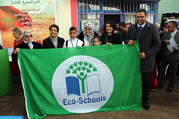L'Académie régionale de l'éducation et de la formation (AREF) de Casablanca-Settat a organisé, jeudi (08/02/18) à Mohammedia, la cérémonie de remise du Pavillon Vert attribué par la Fondation Mohammed VI pour la protection de l'environnement aux établissements scolaires dans la région. Ainsi, le Pavillon Vert a été décerné à 26 écoles, tandis que 28 autres ont reçu un certificat d'argent et 18 établissements ont hérité d'un certificat de bronze, en reconnaissance de leurs efforts déployés pour inculquer aux élèves les bonnes pratiques et habitudes de protection de l'environnement.