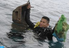 epa06225270 A diver emerges from the water with waste collected during the cleaning of La Guaira beach, in the province of Colon, Panama, 24 September 2017. Thousands of cans, many bottles and even the shell of an old television were the findings of a group of volunteer divers who descended to the depths of a Caribbean area of Panama, which is integrated into a national park and is also very crowded by tourists.  EPA-EFE/ARTURO WONG
