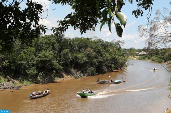 epa06231352 Boats on a river near Iquitos, Peru, 27 September 2017.  EPA-EFE/Ernesto Arias