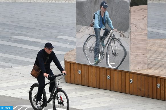 epa07523520 People ride a bicycle in Moscow, Russia, 23 April 2019.  EPA-EFE/YURI KOCHETKOV