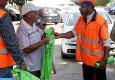 Fête d'Al Adha: forte mobilisation du secteur d'hygiène et de la salubrité dans les quartiers de Rabat Fête d'Al Adha: La ville de Rabat connait une mobilisation intense du secteur d'hygiène et de la salubrité dans les différents quartiers de la métropole, qui porte notamment sur la distribution des sacs plastiques à la population pour collecter les déchets d'abattoirs et le nettoyage des marchés de vente et des mosquées qui abriteront la prière de l'Aid.