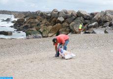 """Une opération de nettoyage de la plage des Oudayas de Rabat a été organisée, mardi (05/06/18) à Rabat, à l'initiative des ambassades des pays nordiques, à l'occasion de la journée mondiale de l'environnement, célébrée cette année sous le thème de """"La lutte contre la pollution plastique""""."""