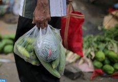 epa06784087 A man carries produce around in a plastic bag at a market ahead of of World Environment Day in Kolkata, India, 04 June 2018. According to the World Health Organization (WHO), India has the world's 14 most plastic polluted cities. The World Environment Day is held annually on 05 June and this years theme is plastic pollution.  EPA-EFE/PIYAL ADHIKARY