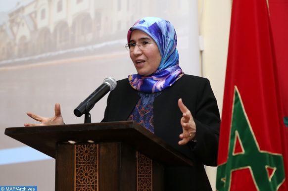 La Secrétaire d'Etat chargée du Développement durable, Nezha El Ouafi, a procédé, vendredi (05/01/2018) à El Hajeb, au foyer de l'étudiant d'El Hajeb, à la remise d'équipements pédagogiques à des élèves pour la mise en place de six clubs d'environnement dans des centres sociaux, et ce dans le cadre de la promotion de l'éducation à l'environnement et au développement durable.